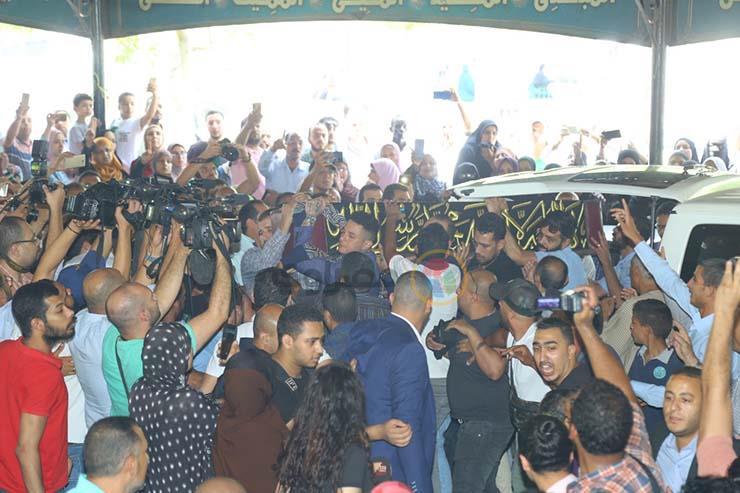 بالصور تشيع جنازة الفنان فاروق الفيشاوي ونجله ينفعل على الصحفيين وحالة من الحزن تخيم على مسجد مصطفي محمود 4 25/7/2019 - 1:04 م