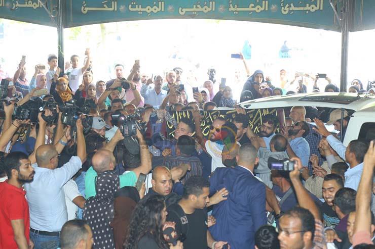 بالصور تشيع جنازة الفنان فاروق الفيشاوي ونجله ينفعل على الصحفيين وحالة من الحزن تخيم على مسجد مصطفي محمود 5 25/7/2019 - 1:04 م
