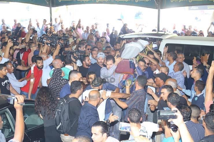 بالصور تشيع جنازة الفنان فاروق الفيشاوي ونجله ينفعل على الصحفيين وحالة من الحزن تخيم على مسجد مصطفي محمود 6 25/7/2019 - 1:04 م