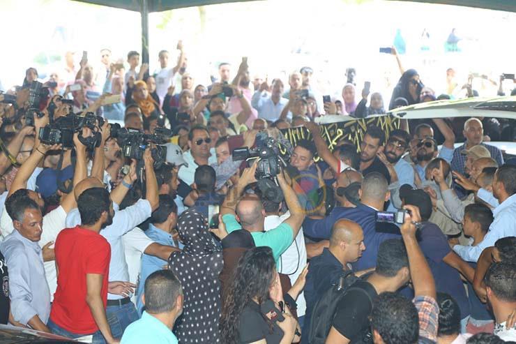 بالصور تشيع جنازة الفنان فاروق الفيشاوي ونجله ينفعل على الصحفيين وحالة من الحزن تخيم على مسجد مصطفي محمود 7 25/7/2019 - 1:04 م