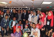 رئيس جامعة المنصورة يزور أطفال مركز الأورام (صور)