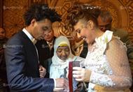 بالفيديو والصور.. ماذا قدم أوكا لمي كساب في حفل الزفاف؟