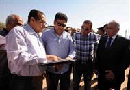 بالصور - وزير الري ومحافظ الأقصر يتفقدان برك المياه الجوفية ''بقرية العضايمة''