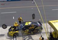 سائق سباقات ناسكار يثير الذعر في فريقه المعاون - فيديو