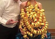 بالفيديو.. عريس يهدي عروسه شبكة تعادل وزنها ذهباً!