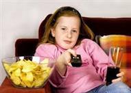 دراسة: الإعلانات التليفزيونية تحفز الأطفال على تناول وجبات خفيفة غير