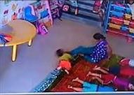 بالفيديو.. تعدي مربية على طفلة تسبب لها بكسر في الجمجمة