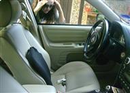 بالفيديو.. بقطعة قماش ووسادة هوائية يمكن فتح باب السيارة الموصدة