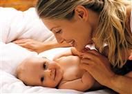 خبراء: ملامسة الطفل لوالدته في الساعة الأولى لولادته تسهل عملية الرضاعة