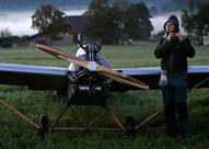 بالفيديو.. عامل بسيط يصنع طائرة للذهاب إلى عمله في الموعد!
