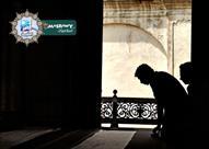 متى وكيف يقوم الشخص بالصلاة وهو يرتدى النعال والأحذية؟