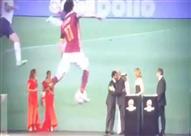 بالفيديو- لحظة حصول محمد صلاح على افضل لاعب عربى