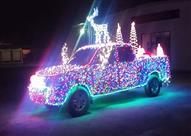 """احتفالًا بـ""""الكريسماس"""".. شركة تغطي تويوتا تندرا بـ14 ألف مصباح (فيديو)"""