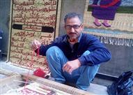 """بالصور..  يد """"فوزي"""" تغزل الآيات القرآنية على الحصير"""