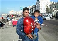 """بالصور – """"الفلانتين مش بس للحبيبة """".. عامل سكندري يحتفل بطفله الوحيد في عيد الحب"""