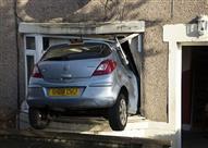 بالصور.. فقد السيطرة على السيارة فدخل المنزل من النافذة
