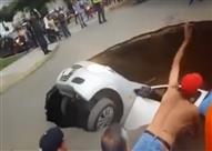 عملية إنقاذ مثيرة لركاب داخل سيارة إبتلعتها الأرض (فيديو)