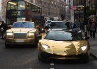 بالصور.. سعودي ينقل أسطول سياراته الذهبية إلى لندن لقضاء عُطْلة!