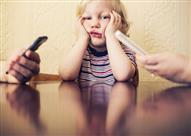بالفيديو.. أم تؤدب أطفالها بإطلاق النار على هواتفهم