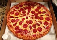 لماذا كرتون البيتزا مربع الشكل وهي دائرية؟ اعرف السبب