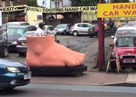 """سيارة على شكل """"قدم"""" تسير بأحد شوارع لندن"""