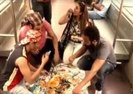 فيديو متداول لشباب يرقصون ويتناولون الرنجة داخل مترو الأنفاق