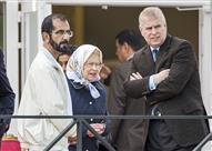 بالصور.. رد فعل ملكة بريطانيا عندما وضع حاكم دبي يده عليها