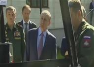 """""""بوتن"""" يتعرض لموقف محرج أثناء تفقده لمركبات عسكرية"""