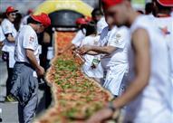 بالصور.. إيطاليون يصنعون أطول بيتزا في العالم.. 2 كيلو متر!