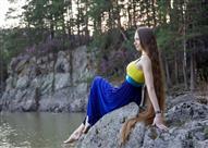بالفيديو والصور.. حسناء روسية شعرها يلامس الأرض