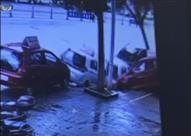 """كاميرات المراقبة ترصد """"ابتلاع"""" الأرض لـ 4 سيارات في البايان"""