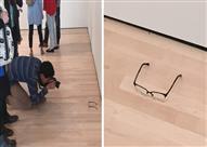ترك نظارته على الأرض في المتحف فَظنَّ الزوار أنها قطعة فنية (صور)