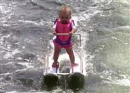 بالفيديو.. رضيعة في شهرها السادس.. بطلة التزلج على الماء!