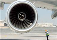 بالفيديو.. قوة شفط محرك طائرة تُخفي رجل من الوجود