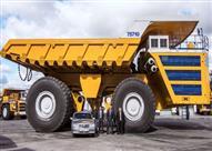بالفيديو.. هذا ما حدث عندما واجهت سيارة صغيرة أكبر شاحنة بالعالم
