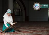 هل يجب على المرأة أن تضع الحجاب على رأسها أثناء تلاوة القرآن؟