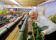 بالصور.. رجل يصمم سكة قطار في منزله استغرق بناؤها 20 عاماً!