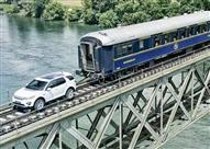 """بالفيديو.. سيارة لاند روفر """"ديسكفري"""" تستعرض قوتها أمام قطار"""