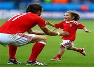 بالصور- جاريث بيل يحتفل بالتأهل التاريخي مع ابنته