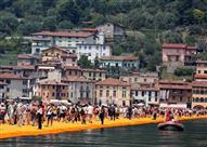 بالصور.. آلاف السياح يعبرون هذه البحيرة مشياً على الأقدام.. كيف؟