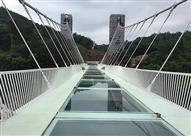"""بالفيديو.. جسر الصين """"الزجاجي"""" هل تقوى على عبوره بسيارتك؟!"""