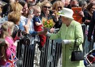 بالصور.. ملكة بريطانيا لا تحمل في حقيبتها أكثر من 5 جنيه استرليني.. والسبب!