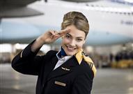 سر استقبال المضيفات للركاب على باب الطائرة