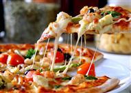 لعشاق البيتزا.. لهذه الأسباب نشعر بالعطش عند تناولها