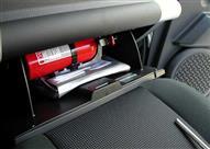 ينصح بوضع ملصقات تشير إلى مكان وجود طفاية الحريق في السيارة