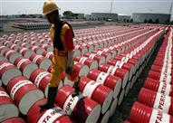 أسعار النفط تهبط بفعل مخاوف تخمة المعروض