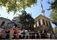"""جامع """"الخرقة الشريفة"""" بإسطنبول.. مئات الآلاف في ظلال البردة النبوية"""