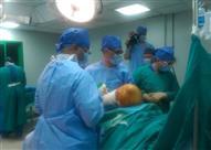 صور- وزير الصحة يشهد إجراء خبير عالمي لجراحات العظام لمرضى الأقصر
