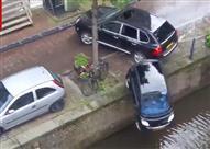 بالفيديو.. بورش كايين تقضي على سيارة سمارت وتغرقها في المياه