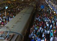 بالفيديو.. هذا ما يحدث بقطارات الهند في وقت الذروة.. حجم الزحام لا